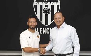 Jaume Costa firma su cesión con el Valencia