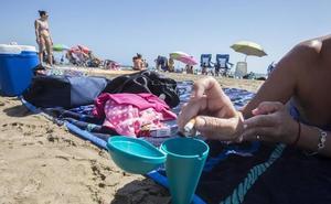 Cambian los vasos llenos de colillas por cerveza en la playa de Gandia