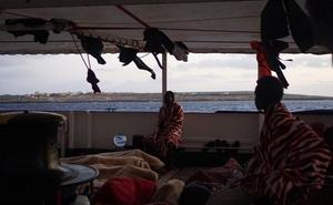 El Open Arms logra evacuar a Italia a 9 inmigrantes por motivos psicológicos