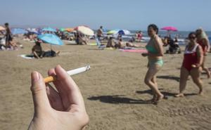 ENCUESTA | ¿Le parece bien que se prohíba fumar en las playas de Valencia?