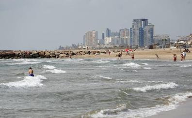Policías locales y socorristas salvan a dos bañistas a punto de ahogarse en la playa de Puçol
