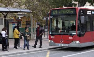 Liberan a un ciclista atrapado bajo un autobús en Valencia