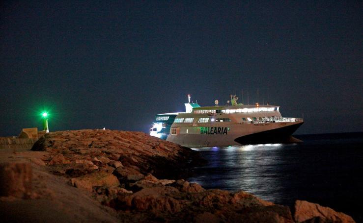 Encalla en Dénia un ferry procedente de Ibiza