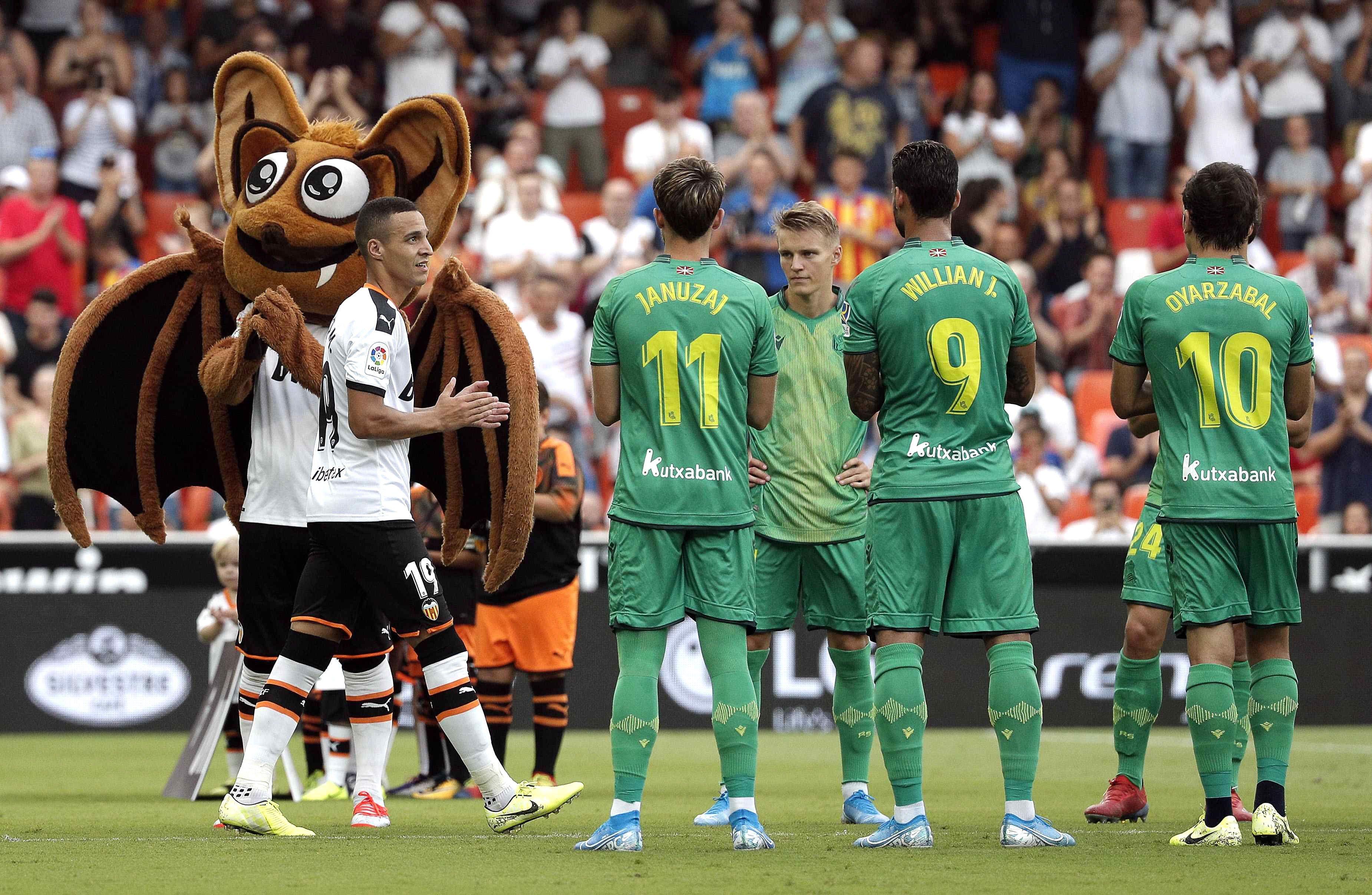 La Real Sociedad hace el pasillo al Valencia como campeón de Copa del Rey