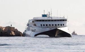 La compañía programa otro ferry para cubrir los servicios del barco encallado en el puerto de Dénia