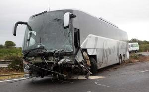 Un muerto y nueve heridos en la AP-7 al estrellarse un coche en dirección contraria contra un autobús en Amposta