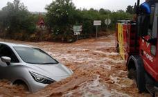 Rescatadas varias personas atrapadas por las lluvias en seis vehículos en Benicarló