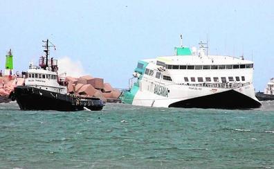 Refuerzan los amarres del ferry encallado en Dénia por el temporal