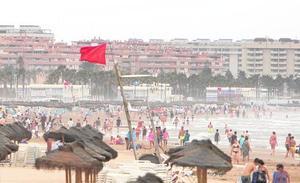 Las lluvias atrapan a conductores, anegan casas y obligan a cerrar playas de Valencia