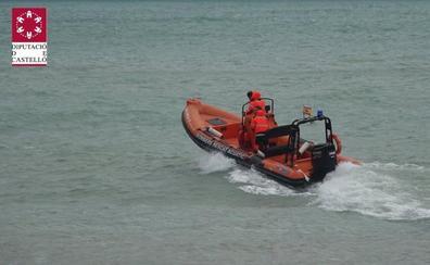 Auxilian a los tripulantes de una embarcación con problemas para salir del agua en Peñíscola por el temporal