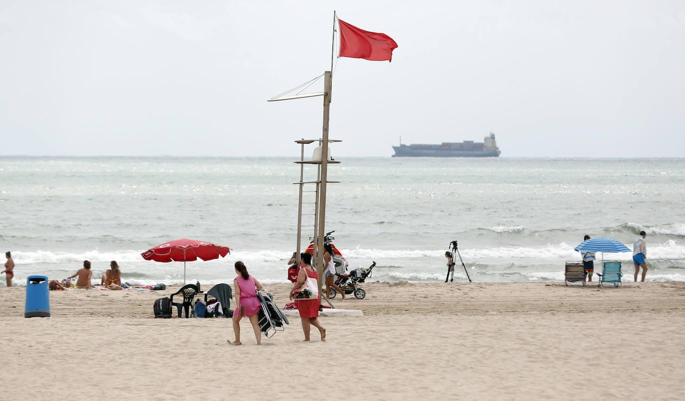 Cerradas al baño tres playas de Valencia por mar rizada