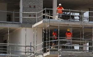 La construcción registra menos de la mitad de empleo que al inicio de la crisis