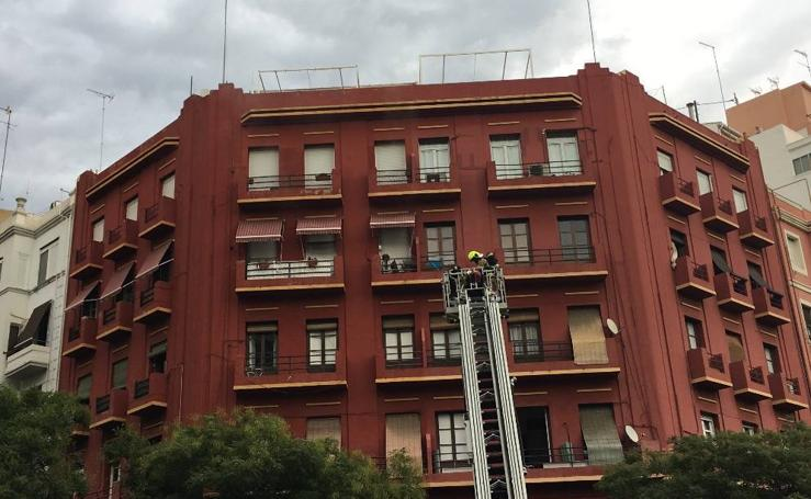 Arde el interior de una vivienda cerrada junto a la Finca Roja de Valencia