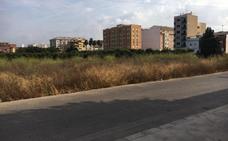 Vecinos de Carlet critican la falta de limpieza en un solar