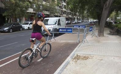 El carril bici de Manuel Candela se agrieta a los cinco meses de su apertura por los árboles