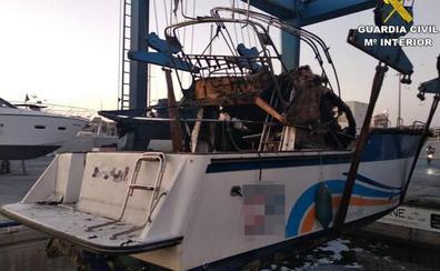 Rescatan una embarcación hundida y otra en llamas en la costa alicantina