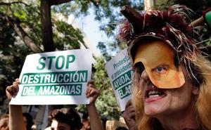 Una protesta en Valencia defiende la supervivencia del Amazonas: «No podemos respirar sin los pulmones de la Tierra»