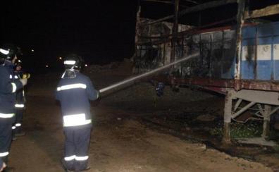 Arden dos camiones mientras transitaban por la A-7