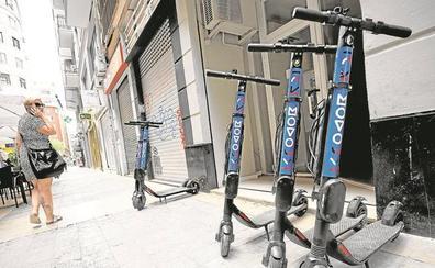 Motos y patinetes de alquiler toman Valencia ante la falta de regulación