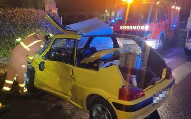 Rescatada una conductora atrapada tras un chocar con un camión en Fuente del Jarro