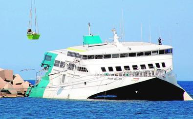 Baleària desmonta por piezas el ferry encallado en Dénia al descartar reflotarlo