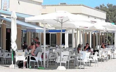 Hosteleros de Pinedo y El Saler quitarán las terrazas para negociar otra concesión