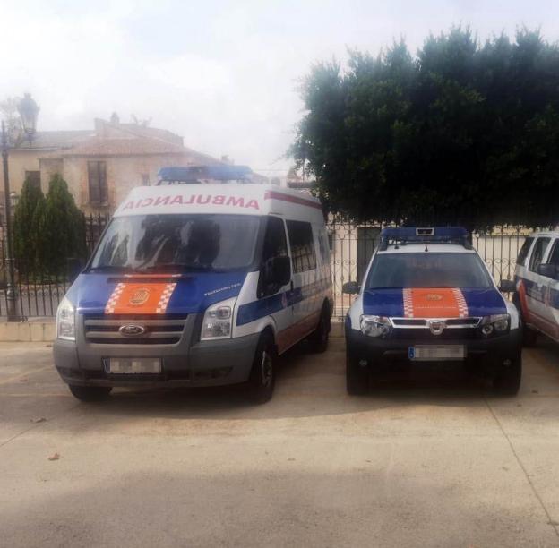La ambulancia y uno de los vehículos de Protección Civil afectados por la denuncia policial. / lp