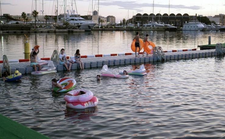 La Marina se llena de flotadores y colchonetas para ver 'Tiburón'