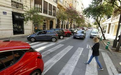 Un incendio en un garaje de la calle Cirilo Amorós obliga a cortar el tráfico en el centro de Valencia durante media hora
