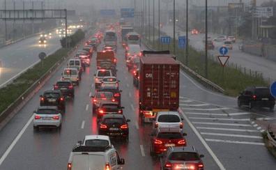 Las lluvias causan un accidente y hasta 10 kilómetros de retención en los principales accesos de Valencia