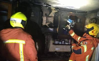 Un hombre y una mujer heridos en un incendio de una cocina de una casa de Oliva