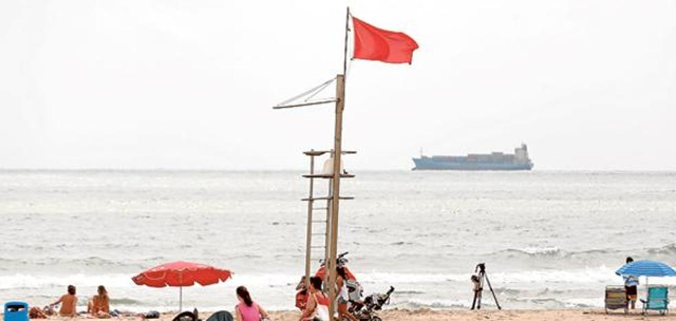 Reabren la playa de Pinedo al baño pero se mantiene la bandera amarilla en otras tres playas de Valencia
