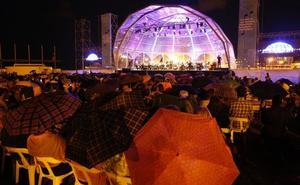 Paraguas al inicio del concierto de la Orquesta de Valencia en la playa de Las Arenas
