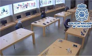 Cae la banda de ladrones que asaltó la tienda de Apple en Valencia