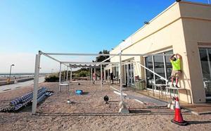 Hosteleros de Pinedo ceden y quitan las terrazas antes de la inspección de Costas