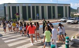 La policía acompaña a los alumnos del Pou de Dénia al patio situado a 200 metros de las aulas