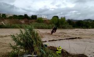 Estremecedor rescate durante el desbordamiento del río Cànyoles