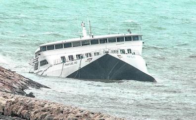 Baleària insiste en que el ferry encallado en Dénia «está sujeto» aunque se han «roto» algunas piezas