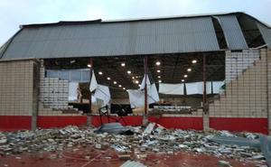 Un pequeño tornado arrasa el polideportivo de Dénia y el club de tenis y vuelca un camión