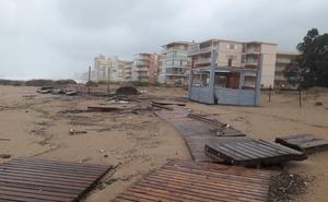 El temporal se traga la playa de Tavernes y arrasa los chiringuitos