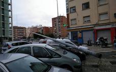 El fuerte viento tumba una farola frente a la Ciudad Administrativa de Valencia