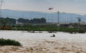 El hombre fallecido en Orihuela habría sido arrastrado 100 metros por una avenida de agua