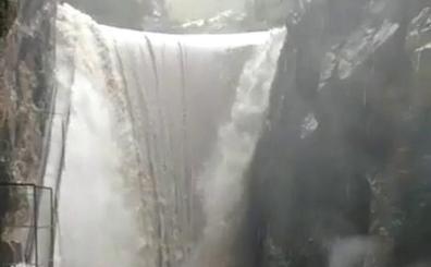La presa de Isbert del río Girona, desbordada antes del barranco del Infierno