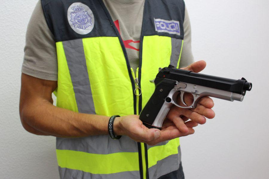 Detenidas en una estación de metro dos personas por atracar en un supermercado de Valencia mostrando una pistola