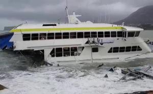 El ferry de Dénia se resquebraja bajo las aguas del puerto por el temporal