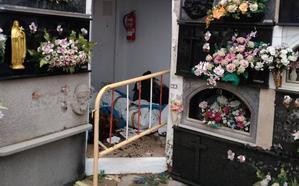 Cadáveres momificados caen al suelo del antiguo osario del cementerio de Dénia al desprenderse el falso techo
