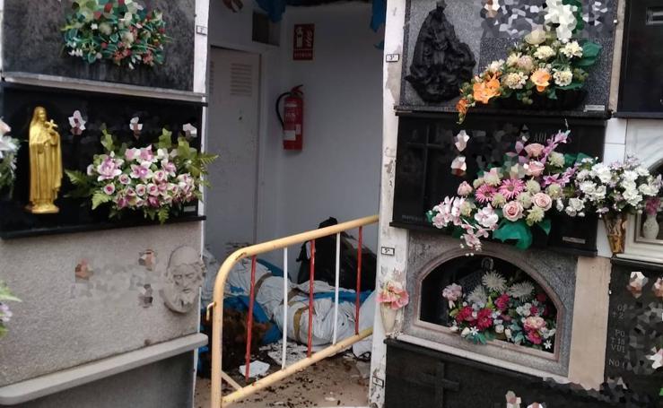 Cadáveres momificados caen al suelo del antiguo osario del cementerio de Dénia
