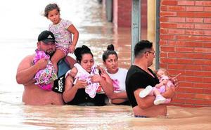 La rotura del cauce del Segura anega Almoradí y deja parte de la población sin agua