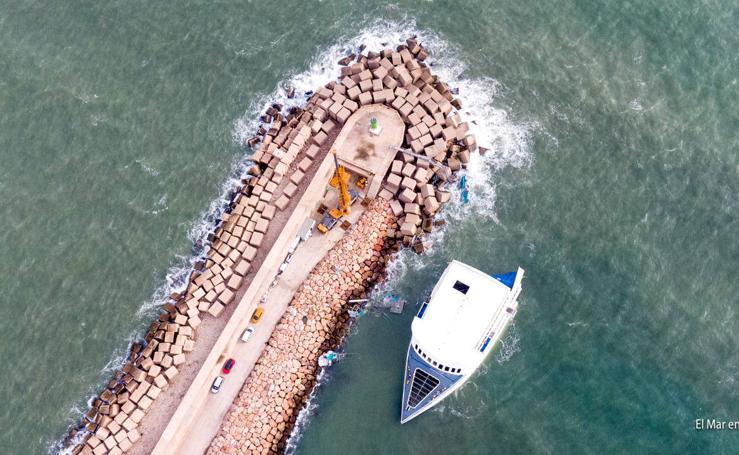 El ferry encallado en Dénia, a vista de dron