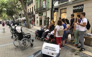 Una docena de sillas de ruedas toman en Dénia los aparcamientos de la calle Marqués de Campo
